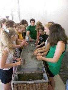 Schülerinnen auf dem Fischereihof Salgen